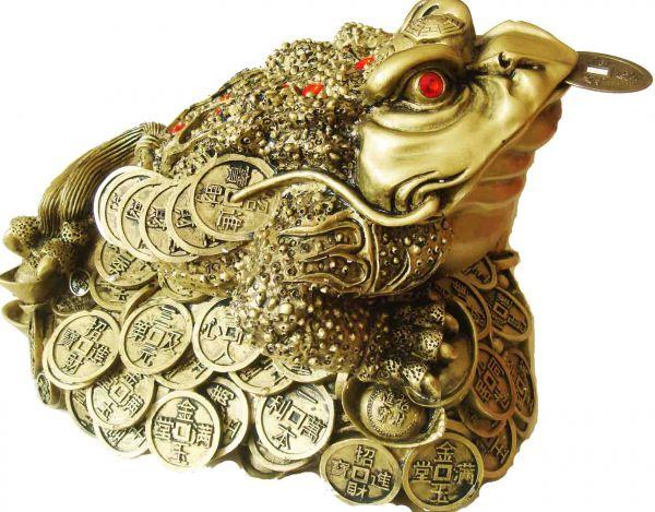 Трехпалая жаба с монетой во рту