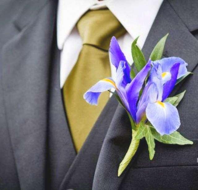Бутоньерка из ириса - оберег жениха. Этот цветок считается хранителем мужской силы, способствует продолжению рода, символизирует долголетие