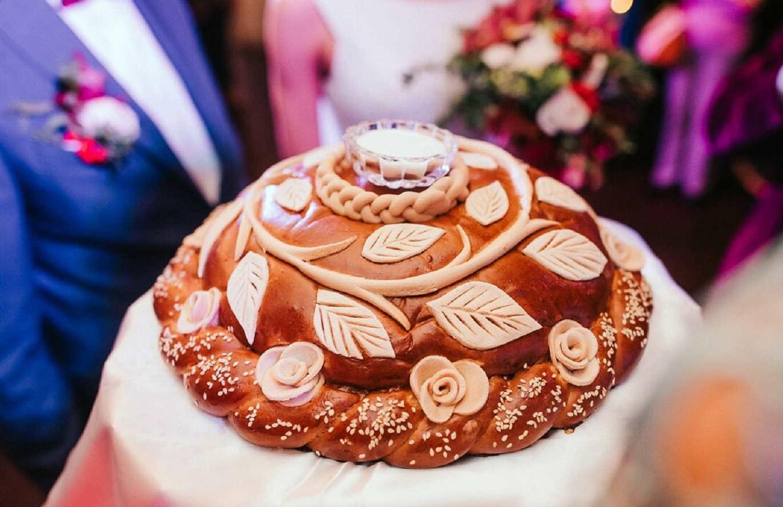 Женщина, которой поручают испечь свадебный каравай, должна быть замужем и иметь детей