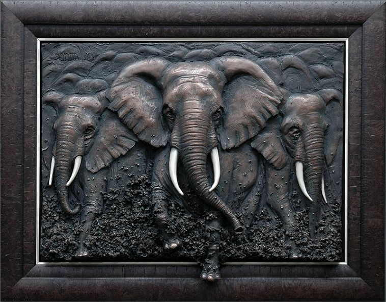 Картина с изображением трех слонов символизирует единство человека, земли и неба. Такая картина поможет человеку научиться жить в гармонии с собой и с миром.
