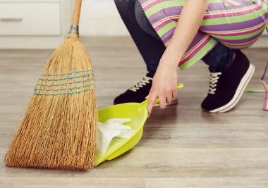 Считается, что метла не только очищает пол от мусора и пыли, но и делает энергетику квартиры чище